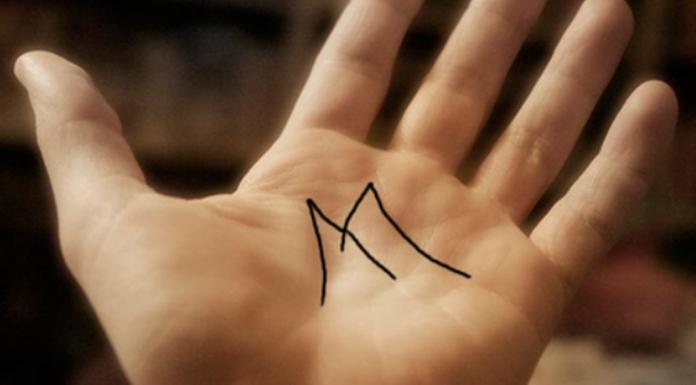 M na palma da mão