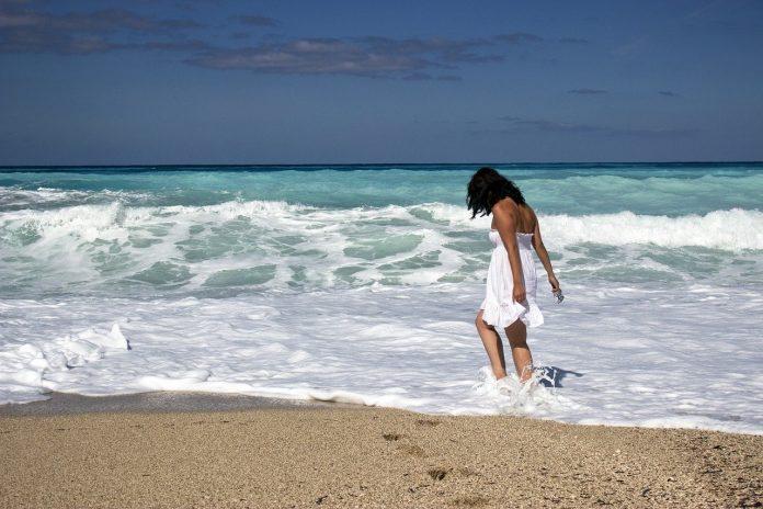 Caminhar descalço na praia acalma a mente e melhora a saúde