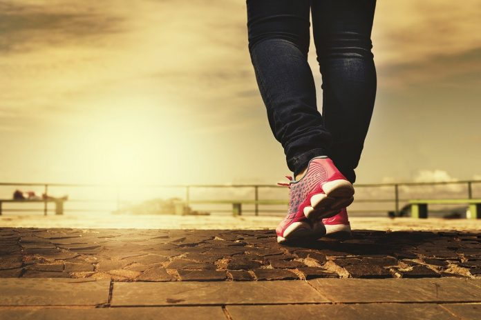 8 benefícios de fazer caminhada regularmente (+ dicas)