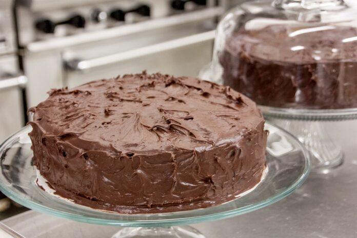 Receita de bolo de cenoura com brigadeiro, simples e delicioso