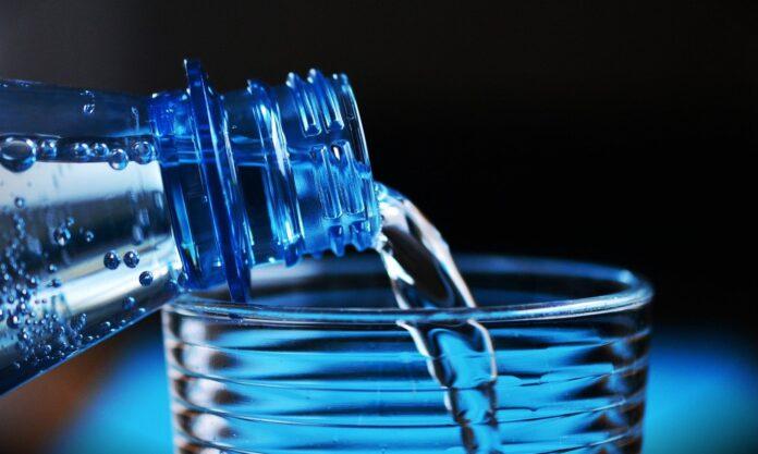 Descubra qual a quantidade de água que você deve beber mediante a sua idade