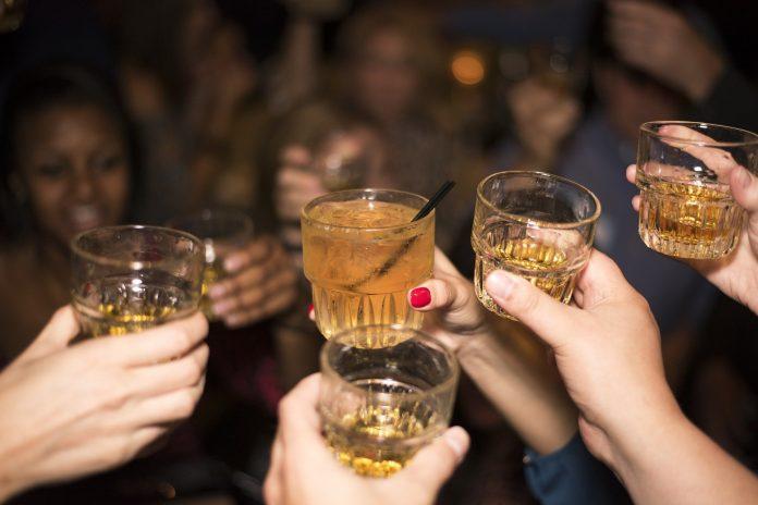 Pessoas do signo Gêmeos adoram um bom convívio social, gostam de beber