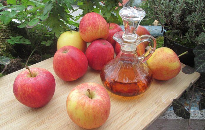 Banho de assento com vinagre de maçã para tratar fungos e inchaços