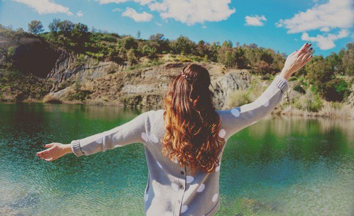 Uma mulher forte não depende de ninguém e prefere estar só que ao lado de alguém falso